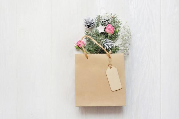 Maquette Coffret Noël Décoré Avec Arbre Et Fleur Blanc Photo Premium