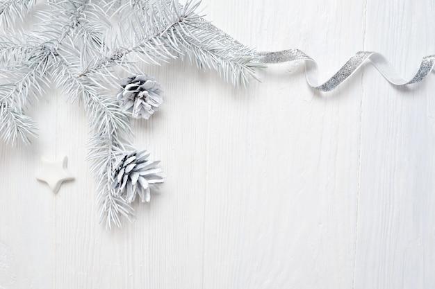 Maquette Cône D'arbre De Noël Et Ruban D'argent, Flatlay Sur Un Blanc Photo Premium