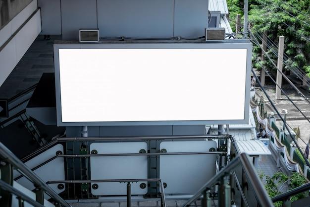 Maquette écran blanc led blanc de panneau d'affichage vertical pour la publicité Photo Premium