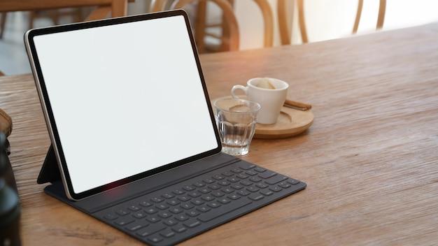 Maquette écran vide sur le bureau avec espace de copie Photo Premium