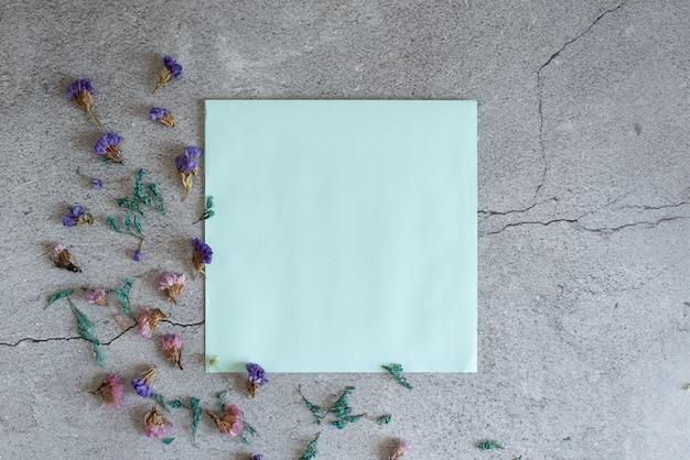 Maquette de fleurs de gypsophile dans l'enveloppe sur la vue de dessus de fond bleu dans un style plat Photo Premium