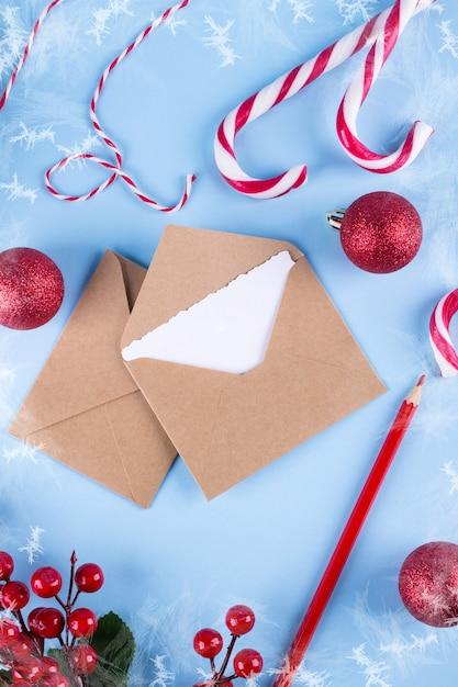 Maquette De La Lettre Ou De L'enveloppe Sur Fond Bleu. Concept De Félicitations Place Pour Votre Texte. Mise à Plat. Photo Premium