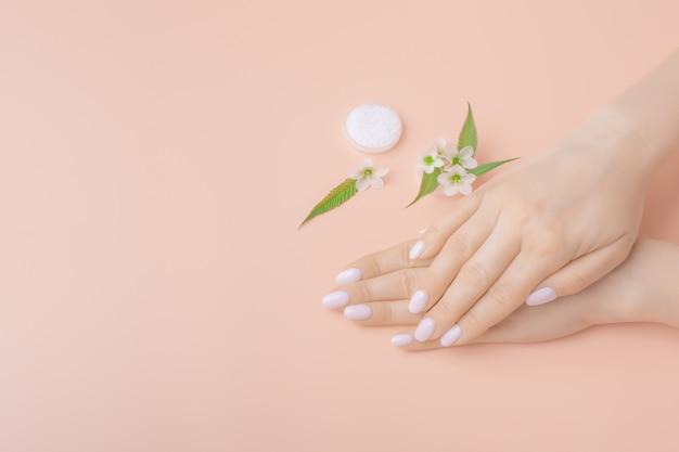 Maquette Mains De Soins De La Peau. Mains De Femme Avec Paumes Vers Le Bas. Concept De Soins Des Mains. Fond Photo Premium