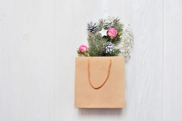 Maquette de noël emballage kraft avec des branches de sapin de noël Photo Premium