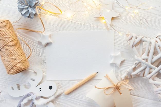 Maquette noeud blanc beige de noël, boîte-cadeau et cône en or. Photo Premium