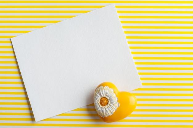Maquette, note de papier vide, coeur jaune Photo Premium