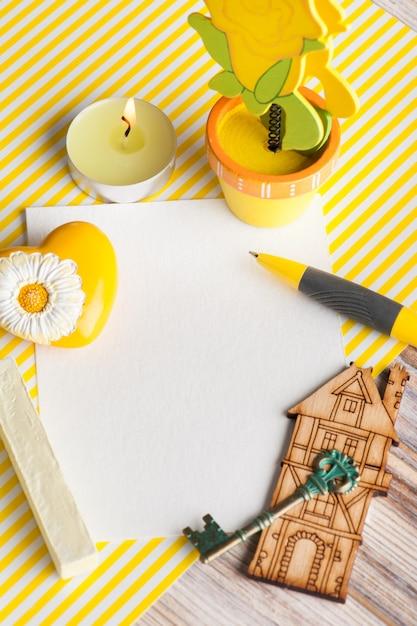 Maquette, note papier vide sur fond rayé jaune Photo Premium
