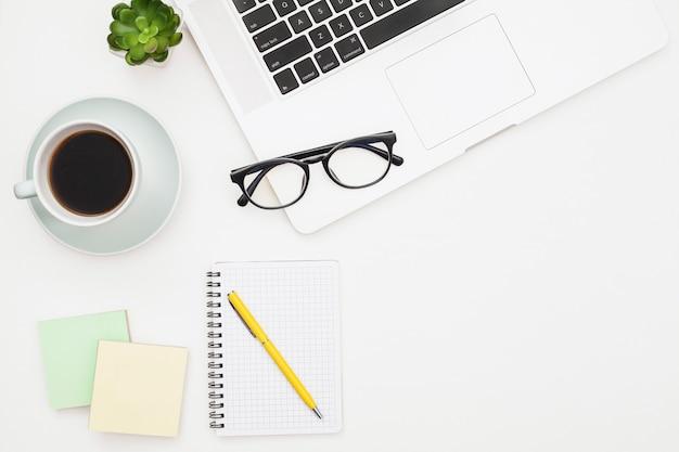 Maquette d'ordinateur portable à plat avec bloc-notes Photo gratuit