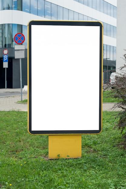 Maquette De Panneau D'affichage Blanc Vierge Dans Une Ville. Place Pour Le Texte, La Publicité Extérieure, La Bannière, L'affiche Ou L'information Publique. Photo Premium