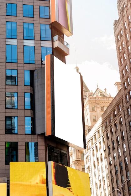 Maquette de panneau d'affichage dans un paysage urbain Photo gratuit