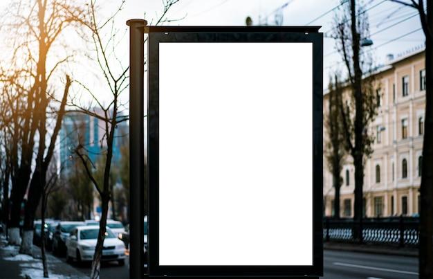 Maquette. panneau d'affichage vide à l'extérieur, publicité extérieure, panneau d'information publique dans le ci Photo Premium