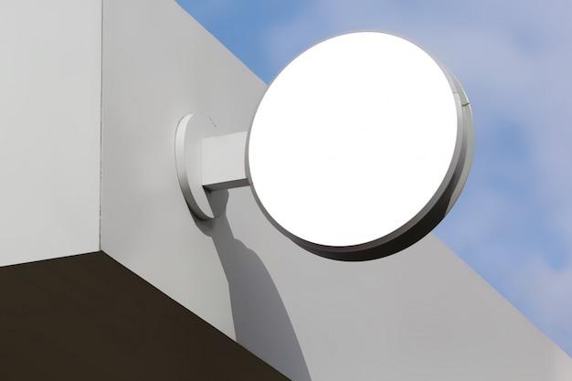 Maquette de panneau de signalisation rond blanc sur mur blanc Photo Premium