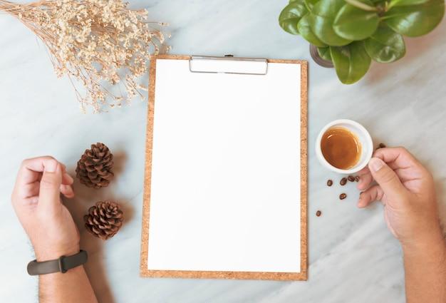 Maquette en papier de menu avec une tasse de café au restaurant pour le texte de liste de conception d'entrée. Photo Premium