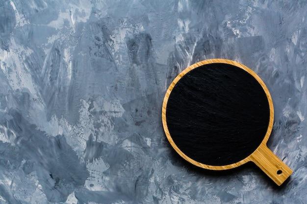 Maquette planche à découper sur fond de béton gris Photo Premium