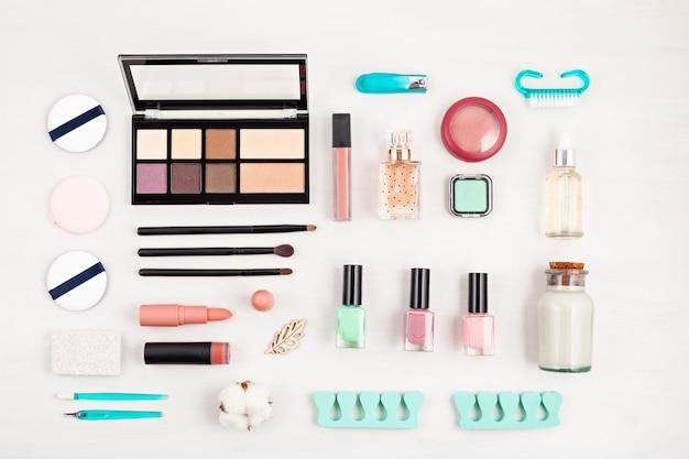 Maquette de produits cosmétiques de maquillage et de soin des ongles Photo Premium