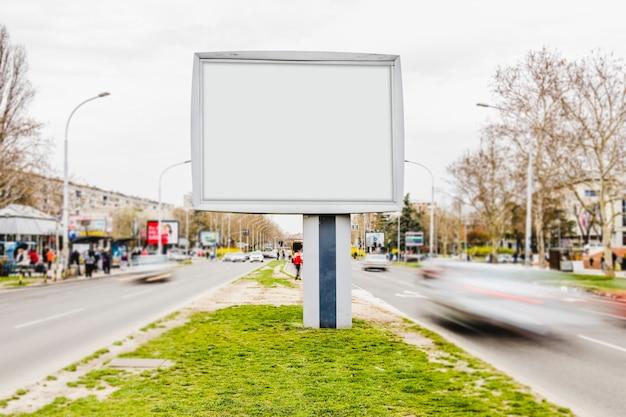 Maquette de publicité de panneau d'affichage blanc dans une rue animée Photo gratuit