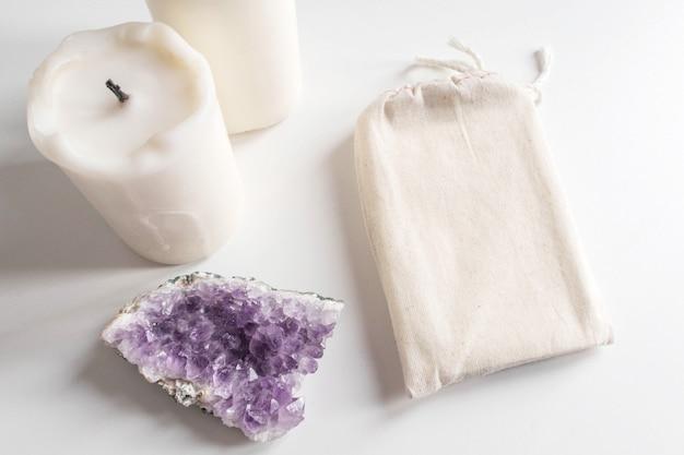 Maquette de sac de coton tarot pont, améthyste et bougies sur blanc Photo Premium
