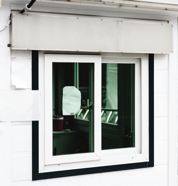 Maquette de signalisation de magasin blanc au-dessus d'une vitrine Photo gratuit