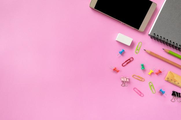 Maquette de smartphone ou de matériel de bureau ou d'accessoires sur fond coloré Photo Premium