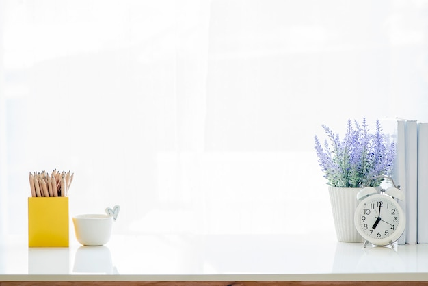 Maquette table blanche avec fournitures et espace de copie. Photo Premium