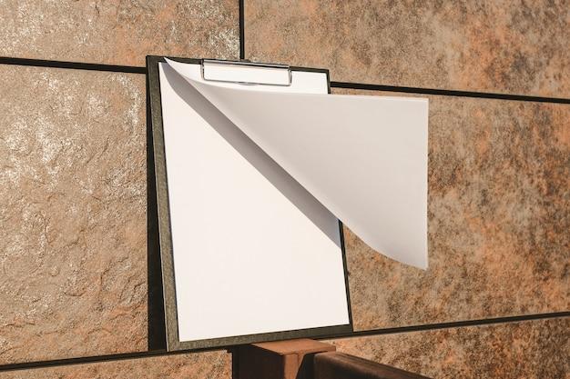 Maquette de la tablette pour le papier contre le mur Photo Premium