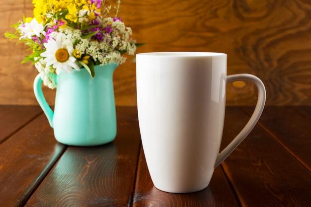 Maquette de tasse à café avec pot de fleurs vert menthe Photo Premium