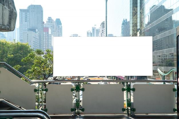 Maquette vierge de panneau d'affichage vertical sur la perspective horizontale exceptionnelle sur la plate-forme de train du ciel Photo Premium