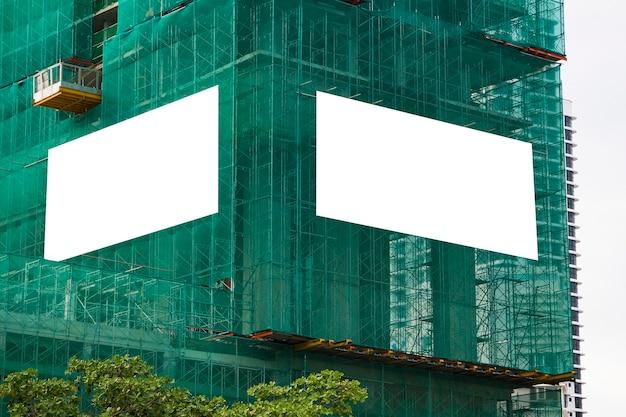 Maquette Vierge De Publicité Extérieure Sur Le Mur Du Bâtiment En Construction Avec échafaudage Photo Premium