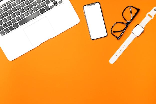 Maquette vue de dessus avec fond orange Photo gratuit