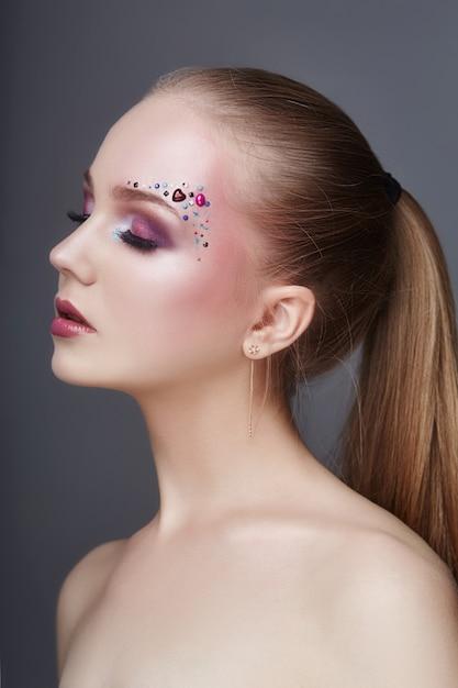 Maquillage artistique sur les sourcils de nombreuses femmes en strass Photo Premium
