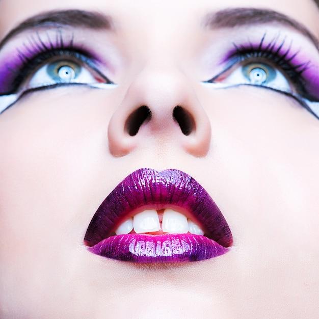 Maquillage de beauté. maquillage violet et lèvres colorées Photo Premium