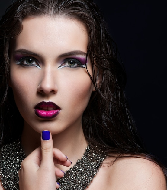 Maquillage de beauté. maquillage violet et ongles brillants colorés Photo Premium