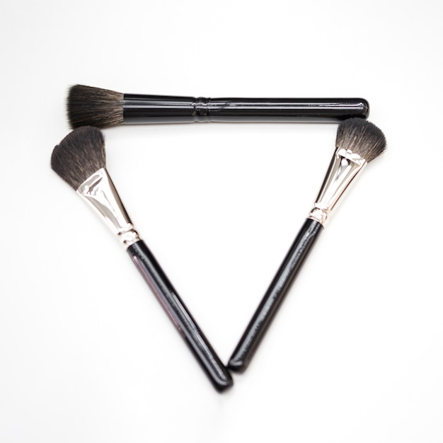 Maquillage concept brosse plat poser Photo gratuit