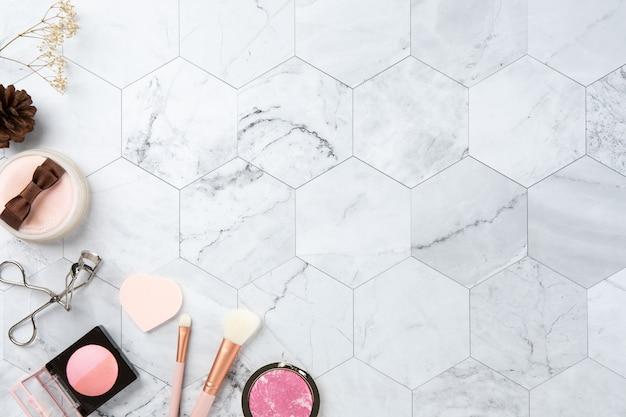 Maquillage cosmétique plat poser la vue de dessus sur le marbre couleur blanche look propre Photo Premium