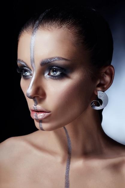 Maquillage créatif sur le visage de la femme, beaux grands yeux Photo Premium