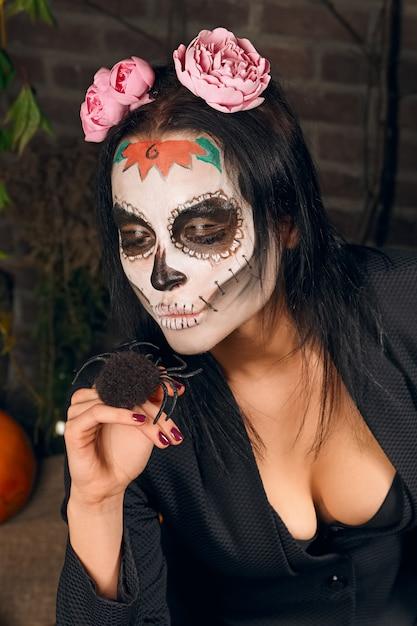 Maquillage femme crâne de sucre. art de la peinture faciale. Photo Premium