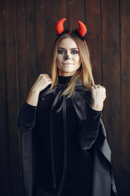 Maquillage Halloween Belle Femme Avec Une Coiffure Blonde. Fille Modèle En Costume Noir. Thème Halloween. Photo gratuit