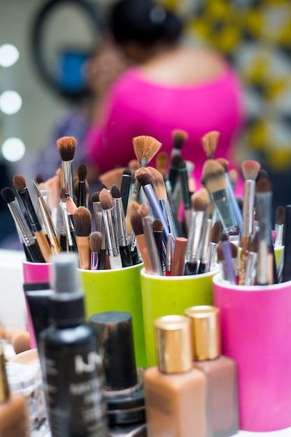 Maquillage des pinceaux sur la table Photo Premium