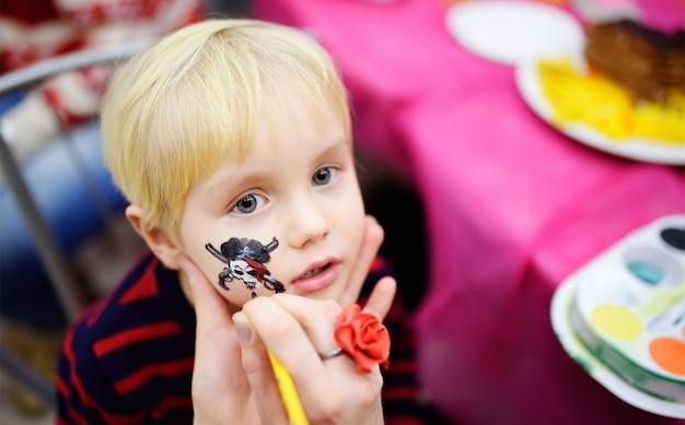 Maquillage pour le petit garçon lors d'une fête d'anniversaire Photo Premium
