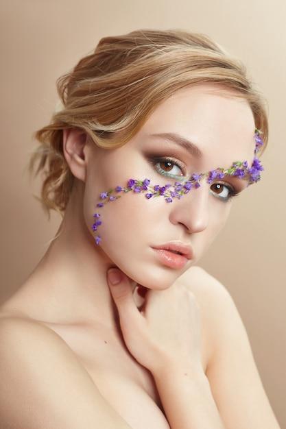 Maquillage pour le visage beauté, cosmétiques à partir de pétales de fleurs Photo Premium