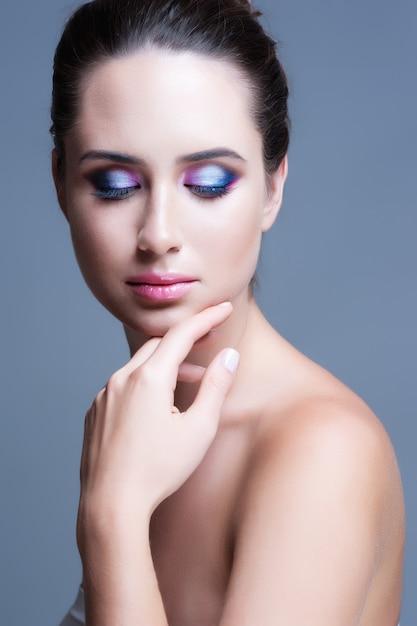 Maquillage pour les yeux. maquillage de femme avec de beaux yeux de paillettes. détail de maquillage de vacances. Photo Premium