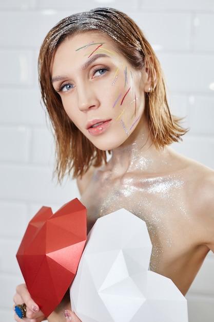 Maquillage rouge vif sur le visage de la femme Photo Premium