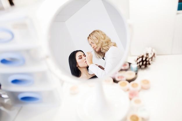 Maquilleuse Professionnelle Maquillée à La Mode Glamour Au Travail Photo Premium