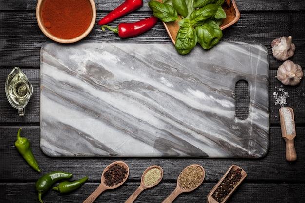 Marble board avec différentes épices Photo Premium
