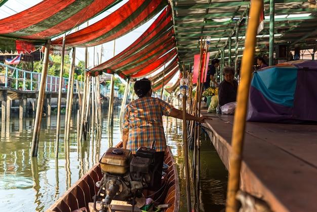 Marché flottant de wat takien à nonthaburi en thaïlande Photo Premium