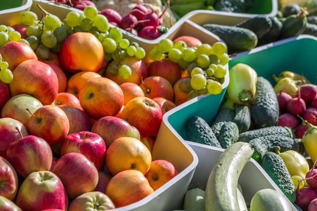 Marché de fruits d'agriculteurs avec divers fruits et légumes colorés Photo Premium