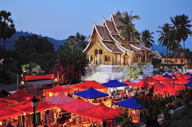 Marché nocturne sous le wat xieng thong, luang prabang Photo Premium
