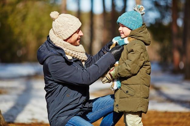 Marcher avec son fils Photo gratuit