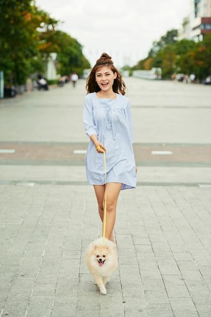 Marcher avec spitz Photo gratuit