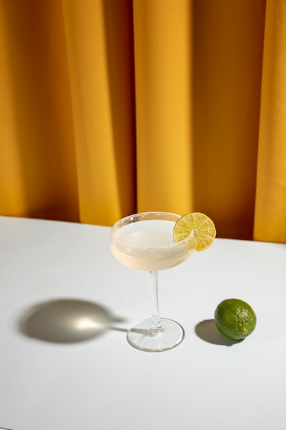 Margarita classique fait maison, boisson, citron vert et sel sur table Photo gratuit